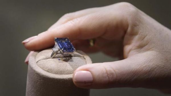 oppenheimer-blue-diamond-fetches-record-price-at-auction-136406194289903901-160519092010