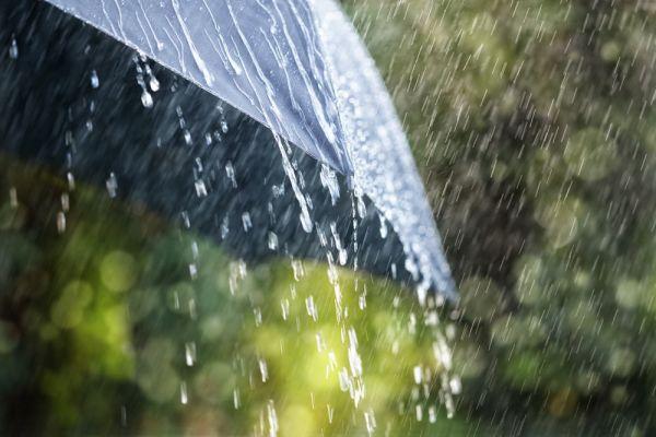 La tendance de cette saison tourne autour des parapluies inversés